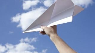 ゴム発射式の紙飛行機で、2分間空を飛ばそう!
